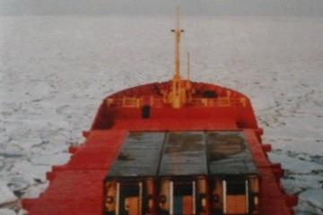"""El buque """"Hvita"""", navegando en mar helado fletado por Hafskip"""