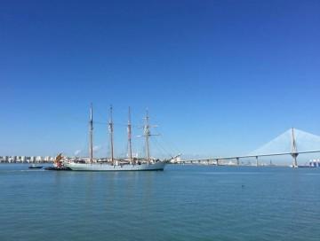 """El buque-escuela """"Juan Sebastián de Elcano"""", esta mañana, en la había de Cádiz"""
