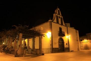 Imagen nocturna de la iglesia de San Miguel arcángel, en Tazacorte