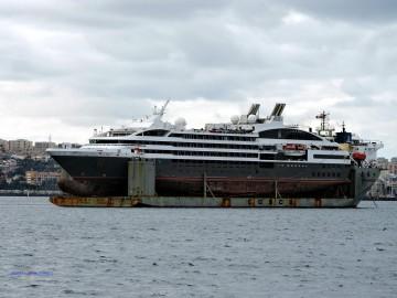 """El buque """"Le Boreal"""", en la plataforma del transporte chino, en Las Palmas"""