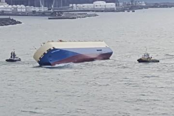 """El buque """"Modern Express"""", a su entrada en el puerto exterior de Bilbao"""