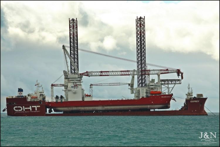 """El buque """"Osprey"""", con su llamativa carga, fondeado en la bahía de Algeciras"""
