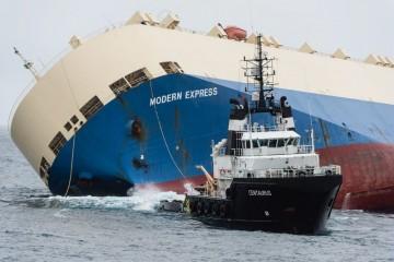 """El remolcador """"Centaurus"""" remolca al buque """"Modern Express"""" al puerto de Bilbao"""