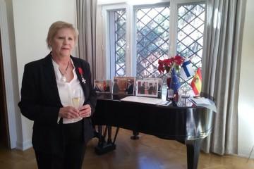 Eva Hannikainen luce su condecoración de Caballero de la Orden del León de Finlandia