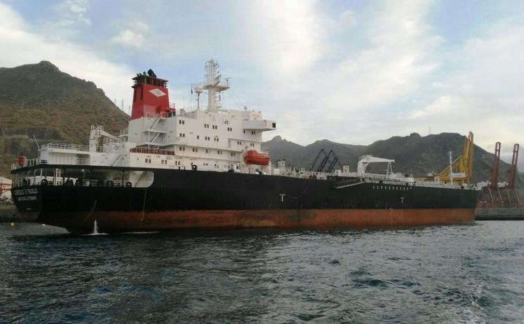 """El buque """"Castillo de Trujillo"""", en el pantalán de Terminales Canarios"""