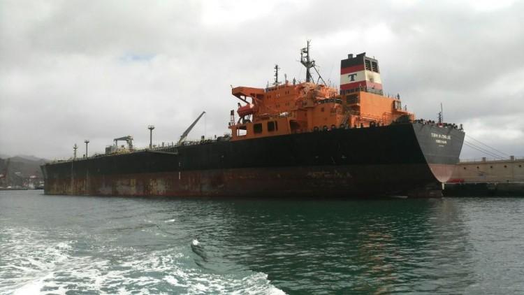 """El petrolero danés """"Torm Mathilde"""", atracado en el muelle sur del puerto tinerfeño"""