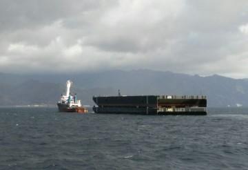 El remolcador y las dos pontonas, en su recalada en Tenerife
