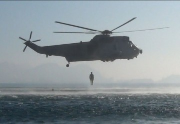 Lanzamiento de un buceador desde un helicóptero de la Armada