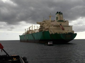 """El buque metanero """"LNG Ondo"""", visto por la aleta de babor"""