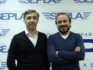 Fernández Aparicio (derecha), asume la sección sindical Sepla-Iberia