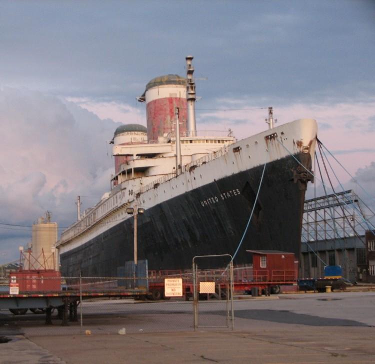 """El trasatlántico """"United States"""", en su estado actual en el puerto de Filadelfia"""