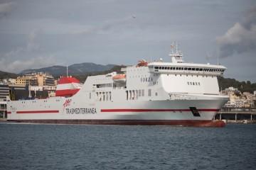 """El buque """"Forza"""" maniobrando en el puerto de Palma de Mallorca"""