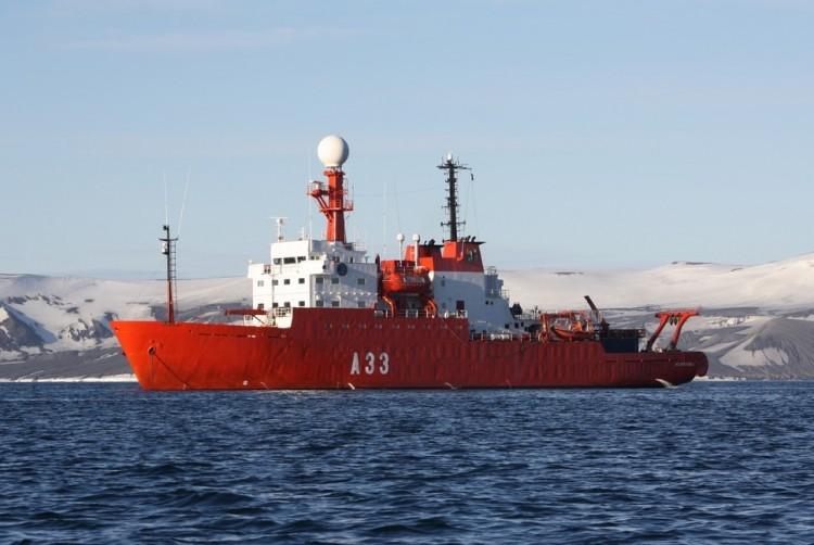 "El BIO ""Hespérides"", fondeado en aguas de la isla Livingstone"