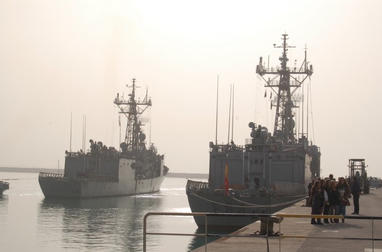 """La fragata """"Victoria"""", a su llegada a la Base Naval de Rota"""