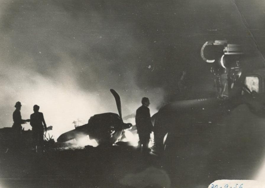 El suceso se produjo de noche. Los bomberos tratan de apagar el fuego