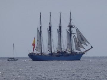 """El buque-escuela """"Juan Sebastián de Elcano"""", en franquía, pone rumbo suroeste"""