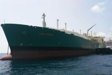 """El buque """"Petroport"""" suministra al buque metanero """"LNG"""