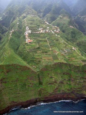 Espectacular imagen del acantilado y el lomo sobre el que se asienta el barrio de Gallegos