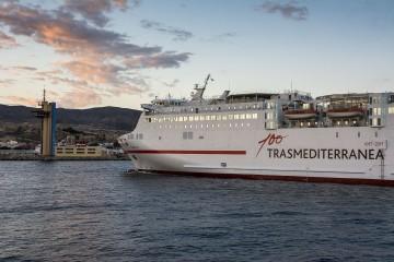 """El logotipo del Centenario de Trasmediterránea, en el costado del ferry """"Sorolla"""""""