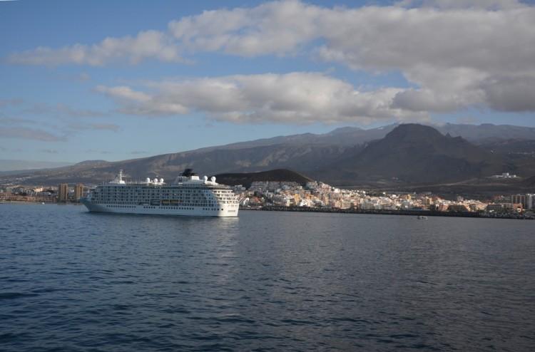 """El buque """"The World"""", fondeado esta mañana en Los Cristianos"""