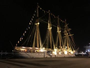 """Estampa marinera del buque-escuela """"Juan Sebastián de Elcano"""" en la noche tinerfeña"""