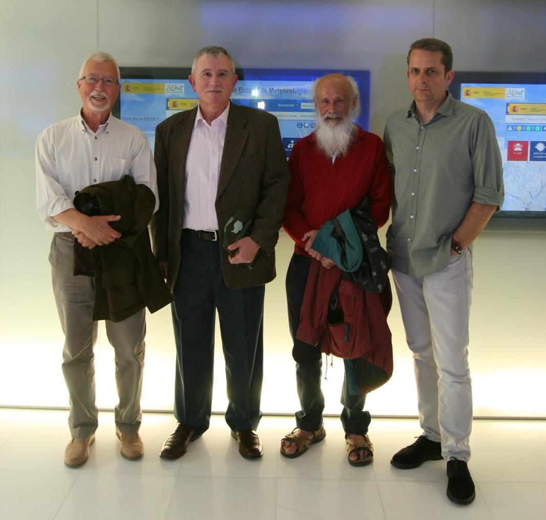 Grupo de meteorólogos en la Antártida, junto al homenajeado