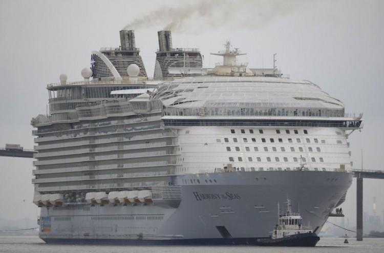 "La impresionante mole del megacrucero ""Harmony of the Seas"", a su salida de St. Nazaire"