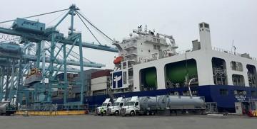 La operación de suministro, supervisada por el U.S. Coast Guard, se realizó a plena satisfacción