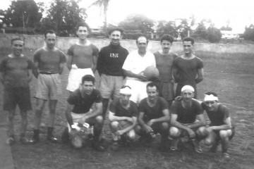 De blanco, con el balón, el primer oficial y seleccionador del equipo. Agachado, primero por la izquierda, Rafael Jaume