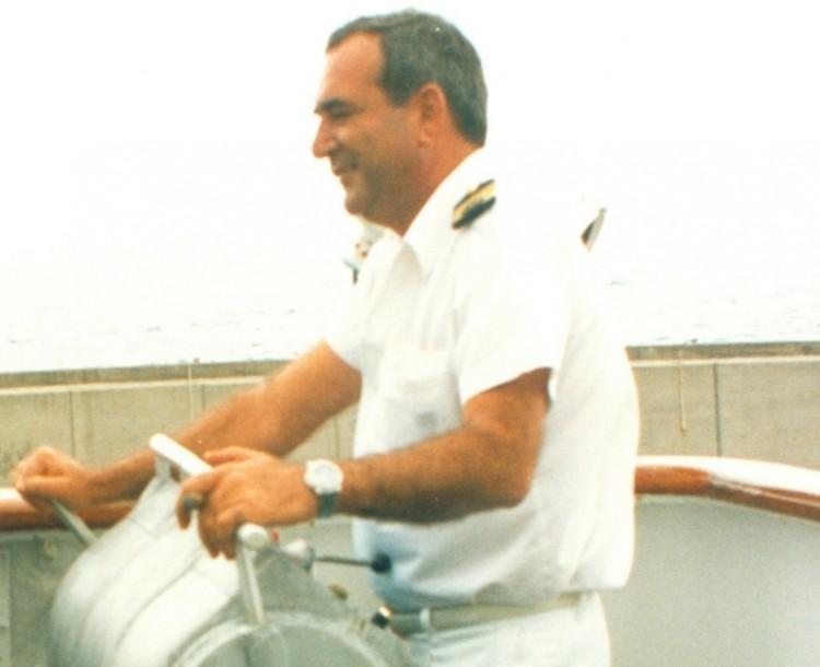 """Nazario Martínez, maniobrando el ferry """"Villa de Agaete"""""""