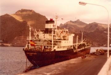 """El petrolero """"Campocriptana"""", atracado en el muelle sur del puerto tinerfeño"""