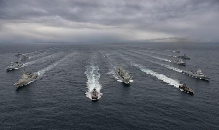 La agrupación naval de la OTAN, navegando en formación