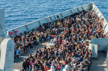 """Los inmigrantes rescatados, en la cubierta de la fragata """"Numancia"""""""