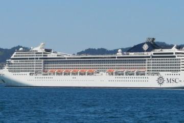 """El buque """"MSC Música"""", a su salida del puerto de Vigo"""