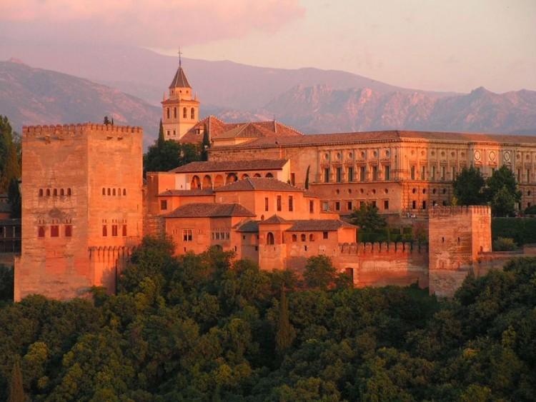 Panorámica del conjunto arquitectónico de la Alhambra al atardecer