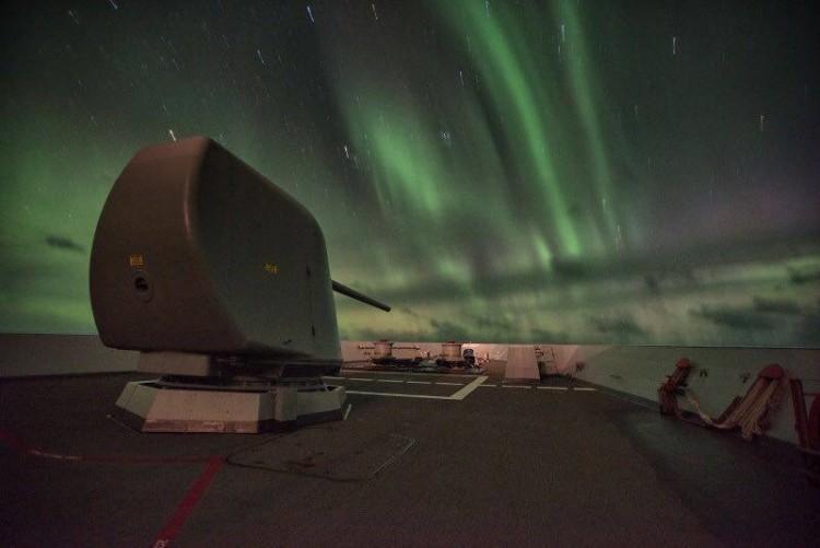 """La aurora boreal en el mar de Noruega, por la proa de la fragata """"Álvaro de Bazán!"""