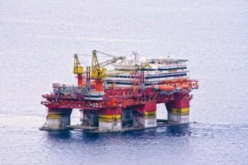 "El flotel ""Floatel Reliance"", fondeado frente a Igueste de San Andrés"