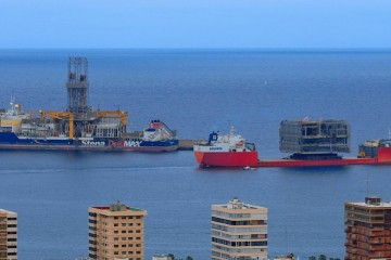 """El buque """"Talismán"""", con su llamativa carga, abandona el puerto de Las Palmas de Gran Canaria"""