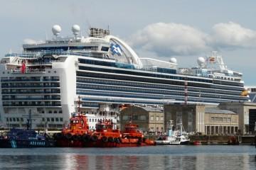 """El buque """"Emerald  Princess"""" destaca en el entorno portuario de Vigo"""