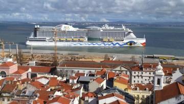 """El buque """"AIDAprima"""", en la maniobra de salida del puerto de Lisboa"""