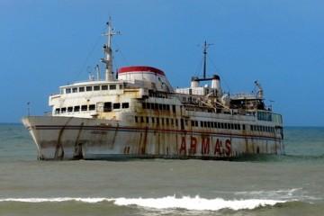 "El ferry ""Assalama"", varado en ,la playa próxima a Tarfaya"