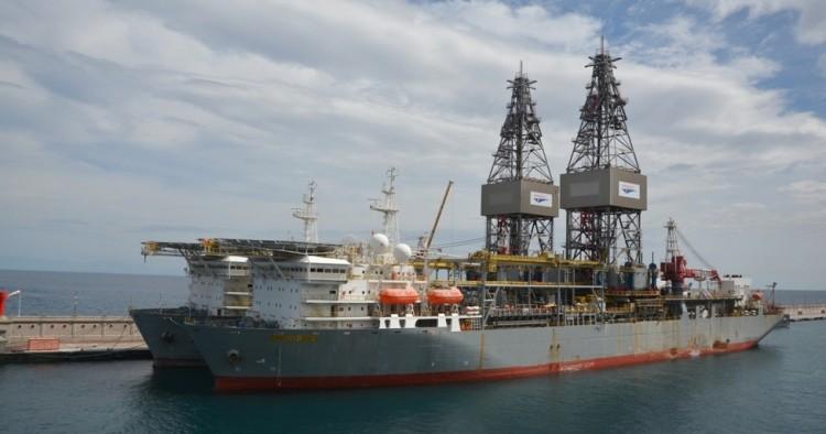 """Los buques perforadores """"ENSCO DS2"""" y """"ENSCO DS1"""", abarloados en el muelle sur"""