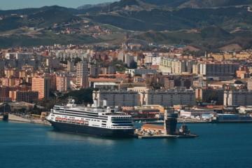 """El buque """"Rotterdam"""", el mayor en su clase que ha llegado a Ceuta"""