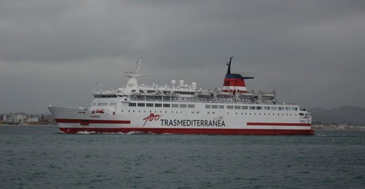 """El buque """"Vronskiy"""", en la maniobra de entrada en el puerto de Algeciras"""