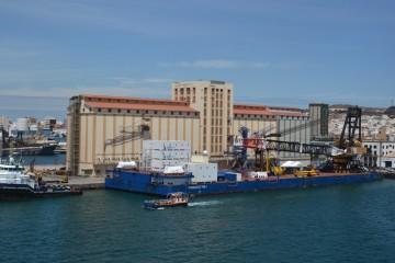 """La gabarra """"Conquest MB1"""" y el remolcador """"Bever"""", en el puerto de Las Palmas"""