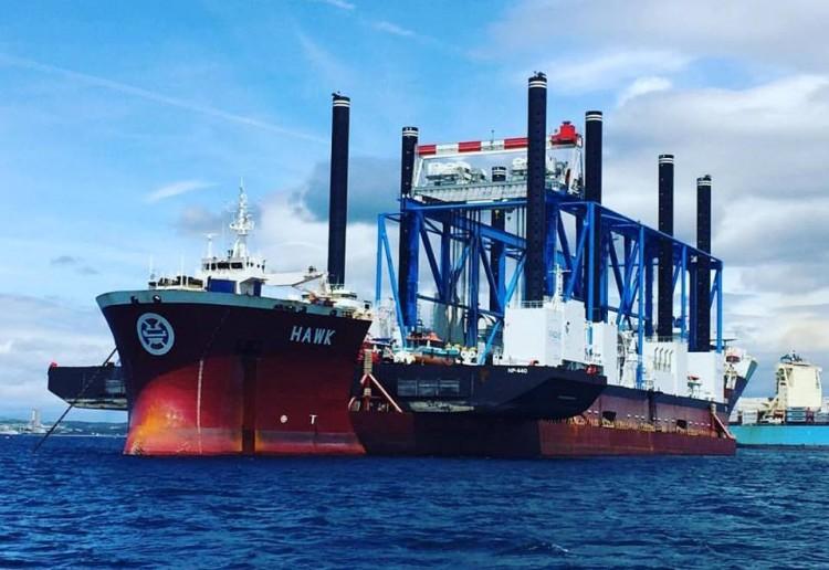 """El buque semi-sumergible """"Hawk"""", fondeado esta tarde en Algeciras"""