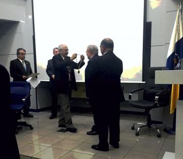 Gonzalo Lozano recibe la medalla de manos del presidente de la Academia, José Nicolás Boada Juárez