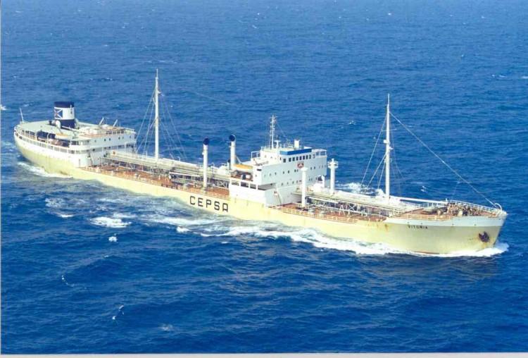 """El petrolero liberiano """"Vitoria"""", navegando por el canal de la Mancha"""