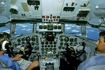 Interesante imagen de la cabina de mando del avión Ilyushin Il-18 en vuelo