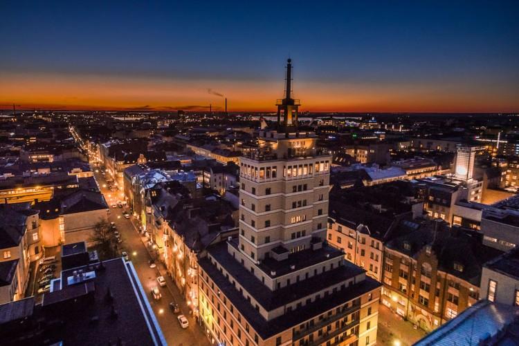 Magnífica panorámica del hotel Torni en la noche finlandesa